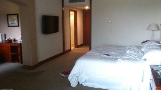 Sheraton Colonia Golf & Spa Resort : Vista de la cama, el baño atrás y el escritorio al costado