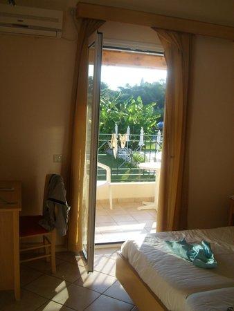 Corfu Andromeda: Una finestra sulla piscina