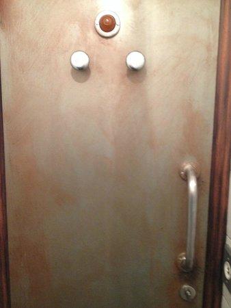 R-Wan: j adore la porte des toilettes