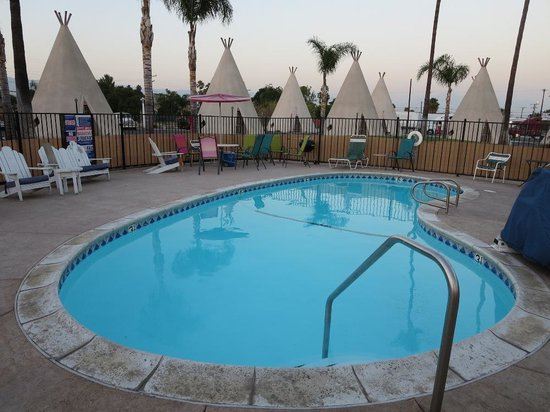 Perfectly clean pool at the Wigwam Motel