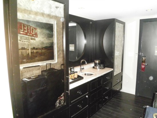 Hard Rock Hotel and Casino: suite bar pic 2