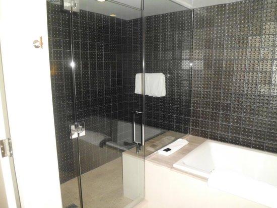 Hard Rock Hotel and Casino: bathroom pic 3