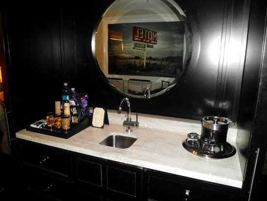 Hard Rock Hotel and Casino: suite bar area
