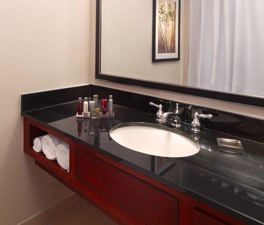 Atlanta Marriott Northwest at Galleria: Bathroom Vanity of Guest Room