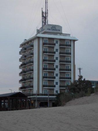 Gran Hotel Fontainebleau: Hotel visto desde la playa