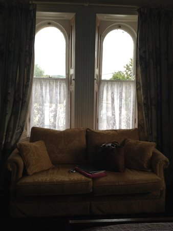 Ardmore Country House: Beautiful original sash windows
