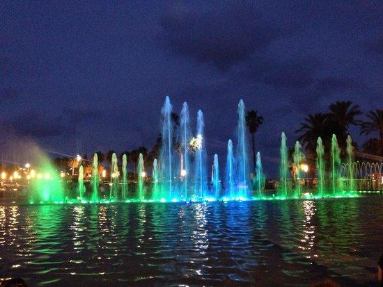 Apartamentos Salou Center: Evening water/light show