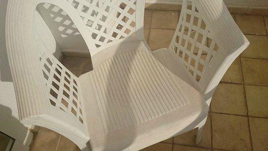 Hotel Laico Hammamet: Brudne, klejące się krzesła balkonowe