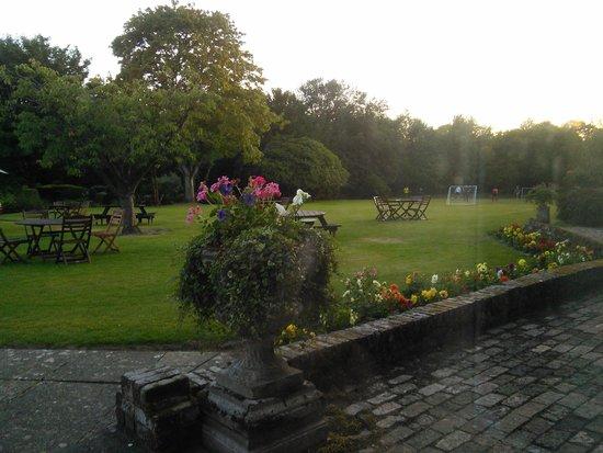 Copthorne Hotel London Gatwick: Back lawn/beer garden.