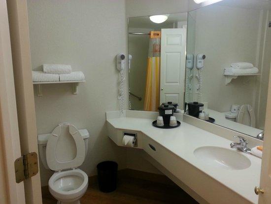 La Quinta Inn & Suites Dallas DFW Airport North : La Quinta DFW Airport - Bathroom
