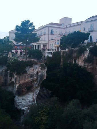 Grand Hotel Villa Politi: view of hotel overlooking caves