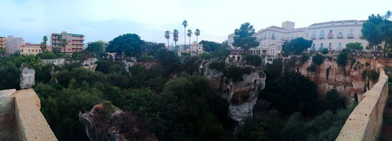 Grand Hotel Villa Politi: panoramic view of hotel/grounds overlooking caves