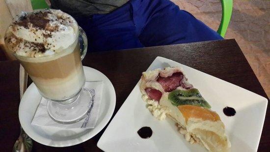 Lemon Grass Cafe-Bar: Tarta de frutas y capuchino.