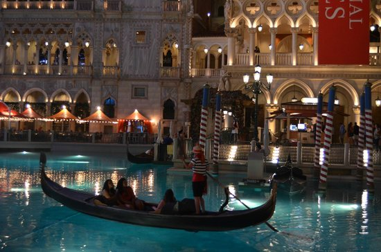 The Palazzo Resort Hotel Casino: The Venetian canals & gondolas look so pretty at night.