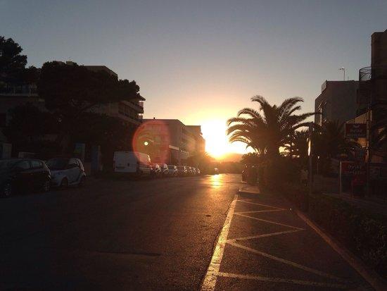 Hotel & Spa S'Entrador Playa: Tramonto davanti l'hotel