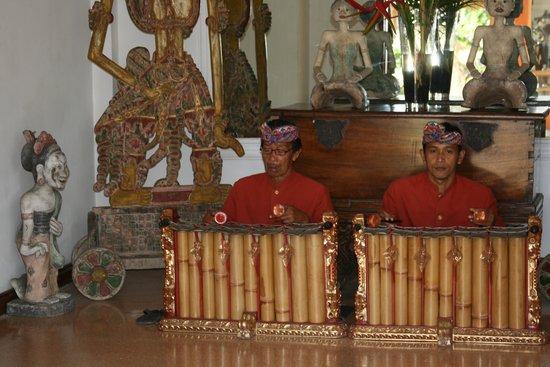 Keraton Jimbaran Beach Resort: перед завтраком - музыка