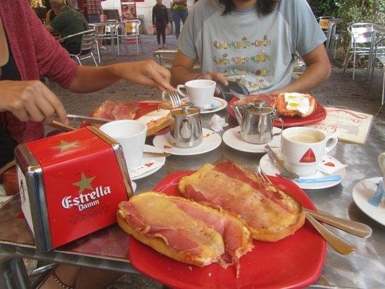 """Casa Benito: """"Tostadacas"""" enormes buenísimas con café o té incluido, buenísimas."""