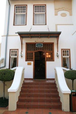Courtyard Hotel Arcadia: The main entrance