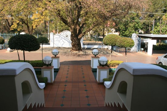 Courtyard Hotel Arcadia: View from the main entrance
