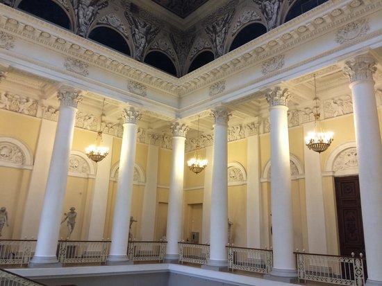 Musée Russe : Escalera de acceso a la primera planta