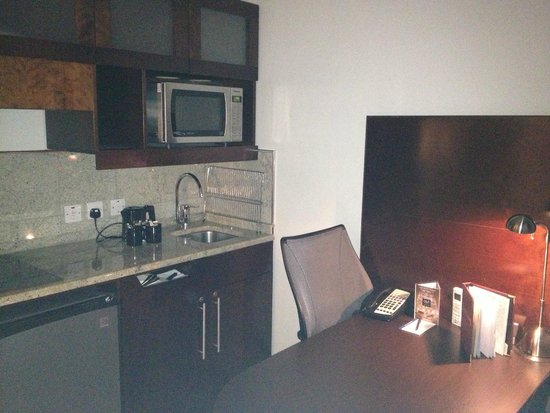 Club Quarters Hotel, Trafalgar Square: Kitchenette area in room with micro, stovetop, fridge