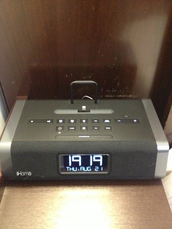 Club Quarters Hotel, Trafalgar Square: iPod dock alarm clock setup