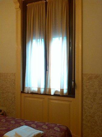 Hotel Nettuno: Finestra. Cosa un poco orribile il vedere esposta la corda che muove la persiana