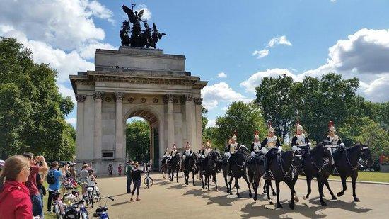 Fat Tire Bike Tours - London: Wellington Arch Horse Guard