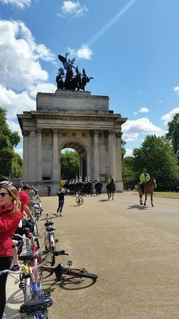 Fat Tire Bike Tours - London: Wellington Arch Horse Guard 1