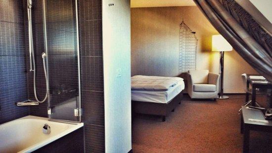 Mövenpick Hotel Hamburg: Blick aus dem Bad auf den  Schlafbereich