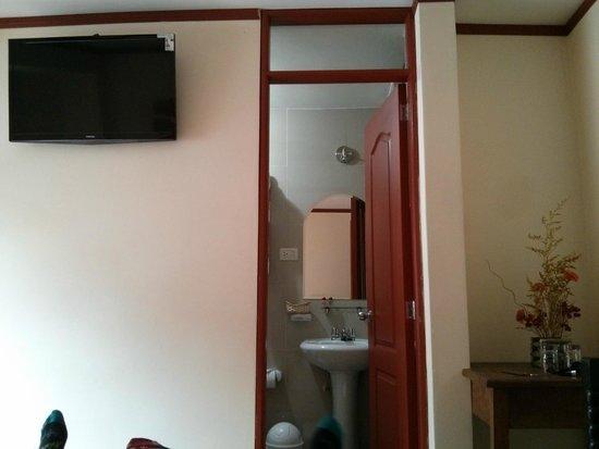 Hatun Samay: flat screen tv and bathroom