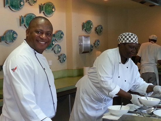 Rendezvous Resort : the buffet staff always smiling