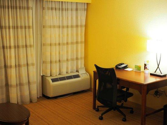 Courtyard Austin Northwest/Arboretum: The desk area in Room 327