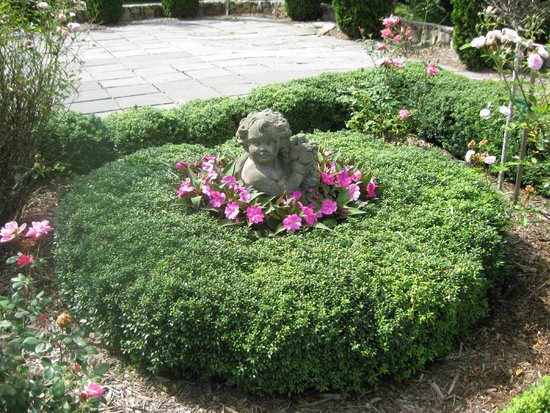 Pinebrook Manor B&B Inn : Formal garden