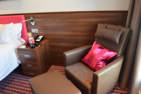 Hampton by Hilton Cluj-Napoca: Sitting area with arm chair.