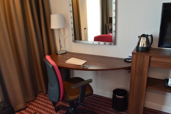 Hampton by Hilton Cluj-Napoca: Desk and chair.