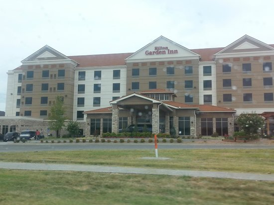 Hilton Garden Inn Springfield: Frontage Road-firepit/patio on left, pergola on right