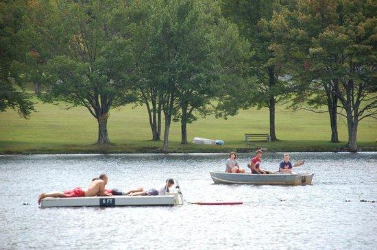 Mountain Springs Lake Resort : Beach Area - family boating