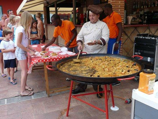 Ohtels Vil.la Romana : Paella autour de la piscine