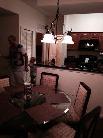 Lake Buena Vista Resort Village & Spa : Block 5 level 14 room 8 kitchen and dining table