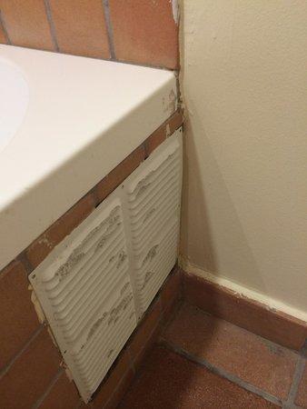 Hotel El Convent : Poor finish in the bathroom