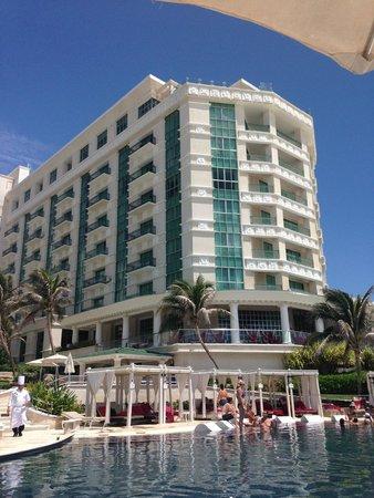 Sandos Cancun Luxury Resort: Hotel visto da piscina