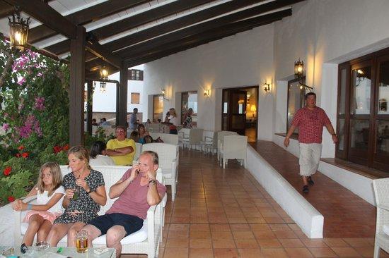 Creta Maris Beach Resort : the terrace bar in the main building