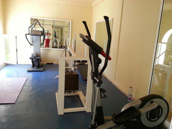 Winzrik Resort & Thalasso Djerba : Belle salle de gym ! 3 appareils pour plus de mille personnes ... qui dit mieux