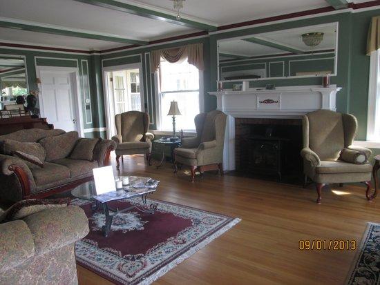 The Brewster Inn : Comfortable living room