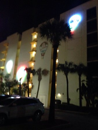 El Caribe Resort and Conference Center: Hotel at night