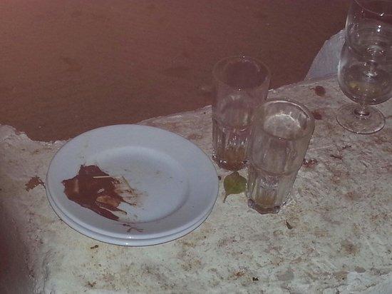 Winzrik Resort & Thalasso Djerba : Vaisselle sale qui traîne dans les jardins à plus de 23h