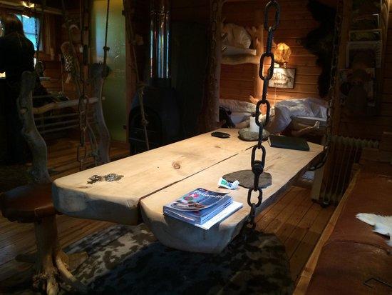Engholm Husky Design Lodge Karasjok : Il tavolo sospeso