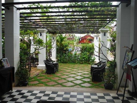 Apsara Centrepole Hotel: Beautiful entrance