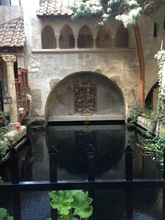Hammond Castle: Indoor courtyard and pool